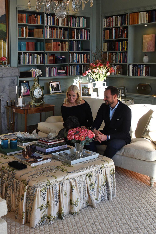 ... denn im Februar 2018 luden Prinz Haakon von Norwegen und Prinzessin Mette-Marit Herzogin Catherine und Prinz William in privater Runde zu sich nach Hause ein. Das Wohnzimmer der norwegischen Royals Begeistert durch liebevolle Details. Überall sind kleine Fotografien ausgestellt und auf dem schulterhohen Marmor-Kamin steht eine antike Uhr. Egal ob Bücherregal, Tischdecke oder Teppich, alles ist perfekt aufeinander abgestimmt.