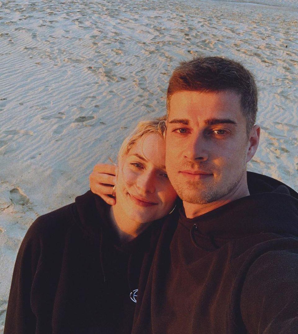 """4. April 2020  Dieses wunderbare Throwback-Foto postet Lena Gercke auf Instagram. Glücklich und verliebt zeigt sie sich mit Dustin Schöne bei einem Strandspaziergang. Bald werden sie zu dritt sein. Ihr Kommentar zum Fotoist schlicht""""Familie""""."""