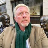 """""""Zwei weise Männer und ich"""", beschreibt Boris Becker das Foto. In London steht er zwischen den Bronzestatuen von Dwight D. Eisenhower und Winston Churchill."""