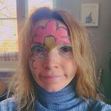 """Die Langeweile in der Quarantäne treibt im wahrsten Sinne des Wortes Blüten. Das Thema Jogginghose ist keins mehr, dafür stellt Karoline Herfurth auf Instagram eine andere entscheidende Frage: """"Trägt eigentlich noch irgendjemand einen BH?"""""""