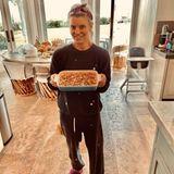 In Hausanzug und plüschigen Pantoffeln bereitet Jessica Simpsondas Essen für ihre drei Kids und Mann Eric Johnson vor. Es gibt einen Gemüseauflauf, der aus sechs Lagen besteht.