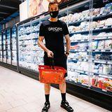"""Fernsehmoderator Kai Pflaume geht im sportlichen Outfit shoppen. """"Ich war heute kurz im Supermarkt. Bis vor Kurzem hätte man wahrscheinlich die Polizei gerufen, wenn jemand mit Maske aufgetaucht wäre"""", schreibt er auf Instagram. Seine schmutzigen Beine lassen darauf schließen, dass er das Outfit nicht zufällig ausgewählt hat, sondern tatsächlich gerade eineOutdoor-Trainingseinheit hinter sich hat."""