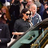 """Der Ausflug wird weltweit zum Gesprächsthema. Meghan nimmt den Medienauflauf vor dem Hotel gelassen und scheint die Zeit zu genießen. Kein Wunder: Hier inNew York kann sie dem höfischen Protokoll entfliehen, Freundetreffen, sie selbst sein- und sich dabei wie ein Welt-Star feiern lassen.  Dickie Arbiter, Ex-Sprecher der Queen und Prinzessin Diana, kritisiert gegenüber""""Nine News Australia"""": """"Meghan muss denroten Teppich des Showbusiness vergessen -sie befindet sich jetzt auf dem roten Teppich der Monarchie (...). Sie hat eineunterstützende Rolle, nicht nur für Harry, sondern auch für die Königin."""""""