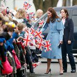 28. Februar 2019  Wäre die britische Monarchie ein Märchen, wäre die Rollenverteilung ihrer beiden populärsten Frauen nach der Queenklar geregelt: Kate - hier bei einem Termin im nordirischenBallymena im Februar 2019- ist die gute Fee, die das Königshaus mit Charme, Eleganz und Pflichtbewusstsein in ein neues Zeitalter führen wird. Meghan Markle ist die böse Hexe, die das Haus Windsor in Verruf bringt.