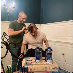 Corey Cott rasiert Casey Cott eine Glatze