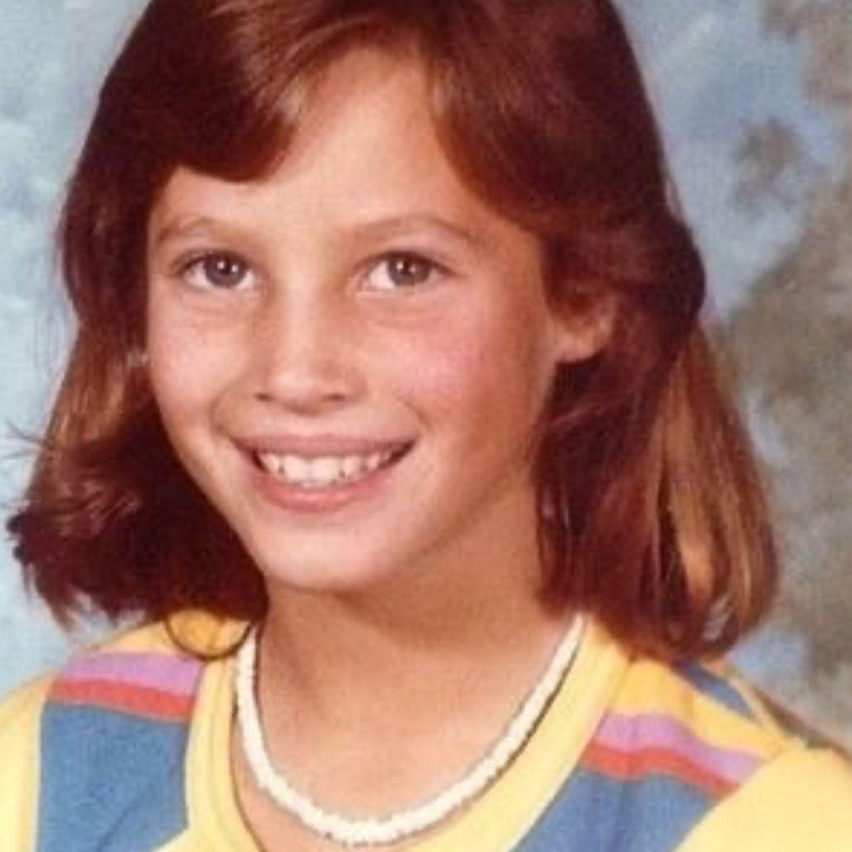 Christy Turlington  Rötliches Haar, ein offenes Lächeln und der neugierige Blick auf die Welt. Ob sie wohl damals schon wusste, dass sie einmal Model werden möchte? Stilsicher ausgewählt ist auf jeden Fall das modische Accessoire um ihren Hals - die Muschelkette ist ein Muss in den 80er Jahren.