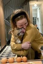 """Überwältigt ist Rachel Brosnahan von der $6500 Spendensumme, die für junge obdachlose Menschen in ihrer Gemeinde in 24 Stunden zusammengekommen ist. In der Coronaviruskrise sind diese besonders gefährdet. """"Ich kann nicht euch alle drücken, also drücke ich stattdessen meinen haarigen Quarantäne-Kumpel"""", teilt der """"House of Cards""""-Starauf Instagram mit."""