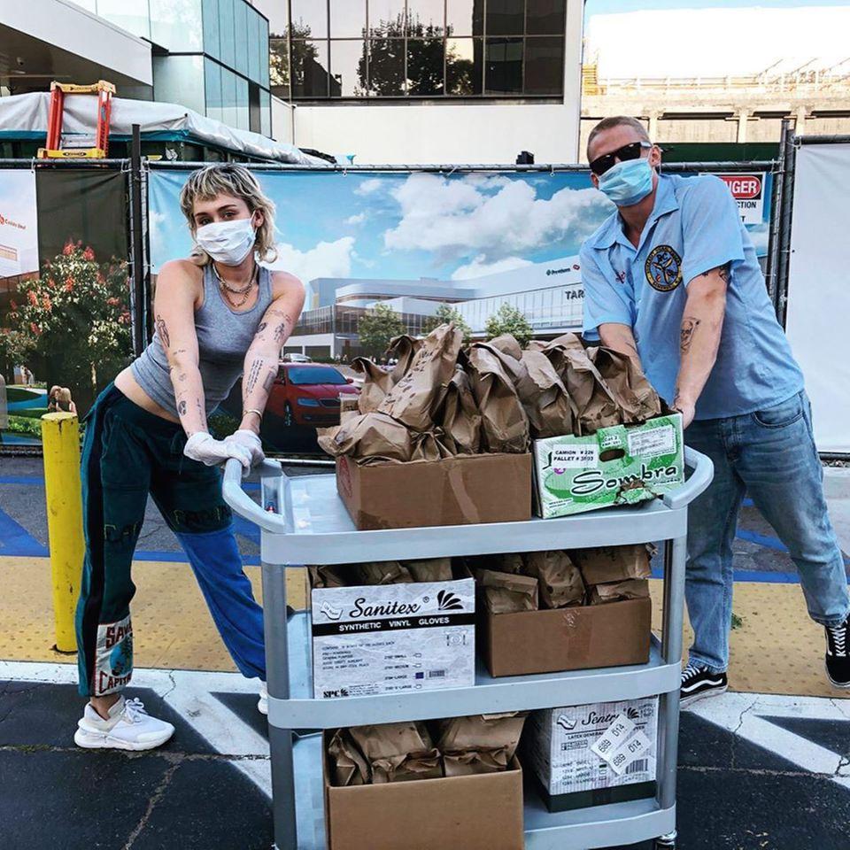 Miley Cyrus und Boyfriend Cody Simpson verteilen Tacos im Krankenhaus in ihrer Nachbarschaft und bedanken sich auf diese Weise bei den fleißigen Helden des Gesundheitswesens.