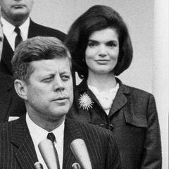 Jacqueline Kennedy, seit 1953 mit John F. Kennedy verheiratet, erlitt 1956 eine Totgeburt. IhreTochter sollte den Namen Arabella tragen.  Am 9. August 1963 stirbt der zweite Sohn Patrick nur zwei Tage nach seiner Geburt.