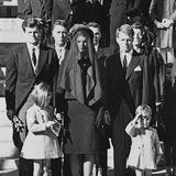 """19. Juni 1964  Edward """"Ted"""" Kennedy (l.),hier bei der Beerdigung seines Bruders am 25. November 1963, entkommt bei einem Flugzeugabsturz nur knapp dem Tod. Fünf Jahre später hat er ähnliches Glück: Am 18. Juli 1969 überlebt er einen Autounfall, bei der jedoch eine Wahlkampfhelferin ums Leben kommt."""