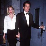 16. Juli 1999  John F. Kennedy Jr. und seine Frau Carolyn Bessette-Kennedy, eines der schillerndesten Paare der High Society, kommen bei einem Flugzeugabsturz vor Martha's Vineyard ums Leben. Der Jurist und Verleger saß selbst am Steuer.