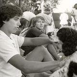 25. April 1984  David Kennedy (M.), hier 1981 mit seinem Bruder Max (l.) und dem FamilienhundBlarney, stirbt an einer Überdosis Drogen. Die Folgen des Unfalls führten zu einer Schmerzmittel- und später zur Heroinsucht.