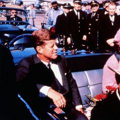 22. November 1963  Ein schwarzer Tag für die Vereinigten Staaten und die Familie Kennedy: Präsident John F. Kennedy wird in Dallas von zwei Schüssen tödlich getroffen. Seine Frau Jackie sitzt neben ihm. Das Foto entstand kurz vor dem Attentat.