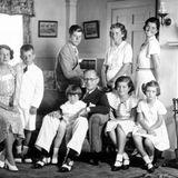 1941 wurde an Rosemary Kennedy (r. stehend) eine umstrittene Gehirnoperationdurchgeführt. Sie blieb bis zu ihrem Tod 2005 ihr Leben lang behindert.  Am 12. August1944 stirbt der älteste Sohn Joseph (l. sitzend) bei einer Flugzeugexplosion über dem Ärmelkanal. einige Wochen später fällt auch der Ehemann von Kathleen (2.v.r. stehend), William Cavendish im Krieg.  Nur vier Jahre später, am 13. Mai 1948, stirbt Kathleen selbst bei einem Flugzeugabsturz über Frankreich.