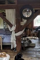 Ganz viel Holz, Stoffbahnen und Bücher: In diesem urigen Versteck hält es Schauspielerin Isabella Rossellini mit ihren Hunden während der Corona-Quarantäne aus. Für ein bisschen Abwechslung, so schreibt sie, telefoniert sie mit ihremEnkel Ronin.