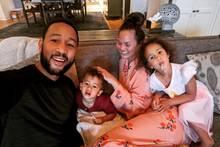 John Legend und Chrissy Teigen mit ihren Kindern