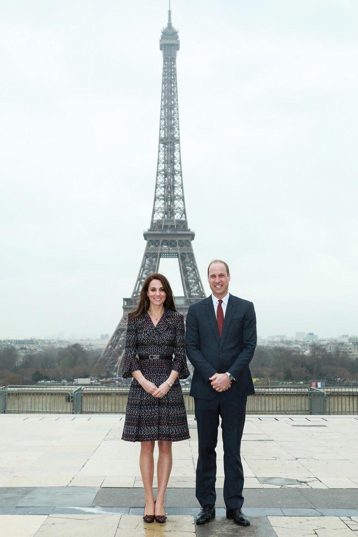 Bei blauem Himmel ist der Besuch des Eiffelturms in Paris zwar noch schöner,im bewölktem März 2017 haben Herzogin Kate und Prinz William vor diesem großartigen Monument trotzdem eine gute Figur gemacht.