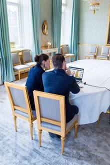 Auch zum ungestörten Arbeiten bietet sich der große, helle Raum an. So haben Prinzessin Victoria und Prinz Daniel das prunkvolle Esszimmer kurzerhand zum Homeoffice umfunktioniert.