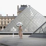 Die Glaspyramide im Pariser Louvre ist so beeindruckend, das Herzogin Camilla mit ihrem Regenschirm im Mai 2013 fast als ganz normale Touristin durchgehen könnte.