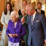 """5. März 2019  Die Royals kommen im Buckingham Palast zusammen. Grund ist ein Empfang zu Ehren Prinz Charles, der vor 50 Jahren zum Prinzen von Wales ernannt wurde. Während sich die Queen, Charles, Camilla, Kate und William an einem Tisch jene Insignien ansehen, die die Queen Charles 1969 in der Zeremonie überreichte, sind Harry und Meghanan der Tür stehen geblieben. Dicke Luft nach der Baby-Party? Man weiß es nicht. Der wahrscheinlichste Grund für die Distanz: das royaleProtokoll. Trotzdem wäre es""""schön gewesen, wenn eine glücklichere und gelassenere Familiengruppe von der Veranstaltung posiert hätte"""", urteilt Judi James in der """"Daily Mail""""."""