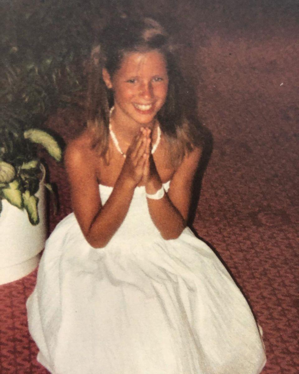 Was für ein hübsches Mädchen dieses Model bereits mit neun Jahren war. Und das Schönste: Ihr sympathisch ansteckendes Lächeln ist ihr bis heute geblieben.