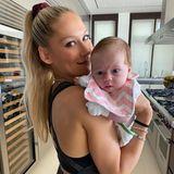 Süüüß! Diesen Schnappschuss von Baby Mary teiltAnna Kournikova mit ihren Fans auf Instagram. Was dabei auffällt: Die Körpermitte des Tennisstars ist nur zwei Monate nach der Geburt schon wieder unglaublich schlank.