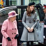 """19. März 2019  Royale Frauen-Power: Queen Elizabeth und Herzogin Catherine besuchen das King's College in London.Die Medien sind begeistert von dem Duo, dem ein sehr gutes und respektvolles Verhältnis nachgesagt wird. PR, die der Palast gebrauchen kann:  VierTage zuvorhatte er verkündet,dass """"die Königin der Schaffung eines neuen Haushalts für den Herzog und die Herzogin von Sussex (...) zugestimmt hat."""" Heißt: Harry und Meghan werden nicht länger, wie Kate und William, vom Kensington Palast vertreten und bekommen ein eigenes Büro im Buckingham Palast mit eigenen Mitarbeitern. Auch einen neuen Instagram-Account wird das Paar sein Eigen nennen dürfen.  Obwohl der Palast betont, dass dieser Schritt lange geplant gewesen sei, sehen Royal-Fans und Medien in ihm einen weiteren Beweis für das vermeintlich schlechte Verhältnis der Paare Sussex und Cambridge."""
