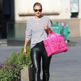 Vogue Williams, Moderatorin, DJane und Schwägerin von Pippa Middleton, ist schwanger mit Baby Nr. 2. Unterknallenger Lederhose und gestreiftem Shirt sucht man den Babybauch jedoch vergeblich, farbliche Akzente setzt sie mit rotem Lippenstift und pinker Chanel-Tasche.