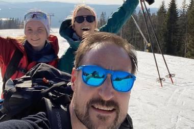 """6. April 2020  Auch in den Quarantäne-Wochen lässt sich das norwegische Kronprinzenpaar den gemeinsamen Spaß an der Natur nicht nehmen. Zusammen mit ihrer Tochter Ingrid Alexandra unternehmen Prinzessin Mette-Marit und Prinz Haakon einen Ausflug der besonderen Art. Da die Skiliftezur Zeit außer Betrieb sind, stapft dieFamilie selbst durch den Schnee -im """"Schneckentempo"""", wie Mette-Marit in ihrem Instagram-Post verrät. Aber der Weg zum Gipfel scheint sich gelohnt zu haben: Glücklich und mit reichlich Sicherheitsabstand senden die Royals schöne Ostergrüße von der Piste."""