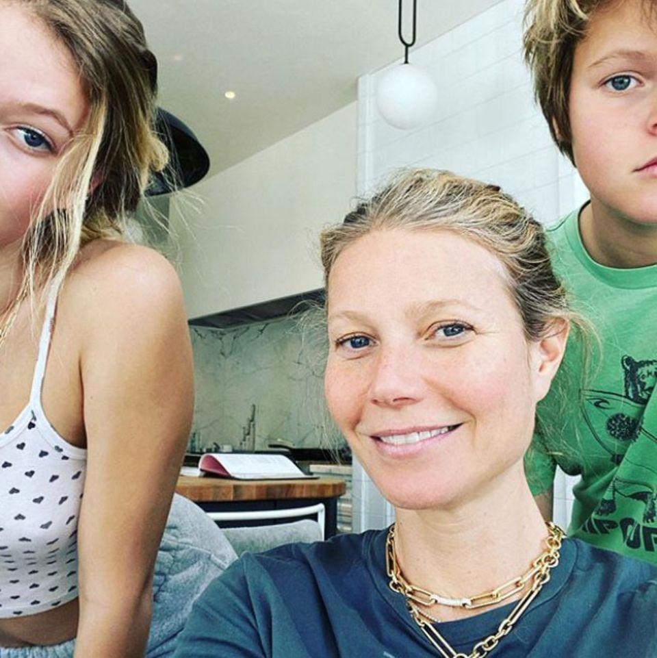 """7. April 2020  Auch Schauspielerin Gwyneth Paltrow arbeitet während der Quarantäne im Homeofficeund wirkt dabei ziemlich ausgeglichen.""""Seelischen Beistand"""" erhält diefleißige Gwyneth ganz besonders von ihren beiden Kindern Apple und Moses."""