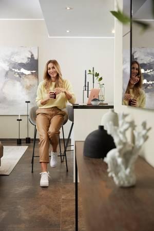Ann-Kathrin Götze in ihrer Wohnung in Düsseldorf mit Möbel von WestwingNow