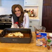 Die freie Zeit in Quarantäne nutzt Supermodel Cindy Crawford, um ihre Kochkünste zu perfektionieren. Mit dem prächtigen Braten folgt sie einer Familientradition, denndas Rezept für ihr Shiksa Brisketstammt von der Oma ihres Mannes.