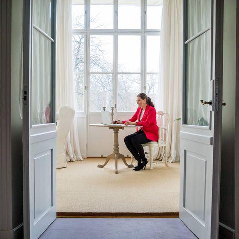 Zum Arbeiten hat sich Prinzessin Victoria in den luftig hellen Seitenflügel des Schlosses zurückgezogen, von wo aus sich ein wunderschöner Blick in den Garten bietet.