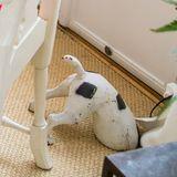 Die Hundefigur ist ein lustiger Hingucker, der dem Raum eine persönliche Note verleiht.