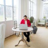Der freundliche Raum lädt mit seinen zarten Farben und natürlichen Materialien zum Verweilen ein.