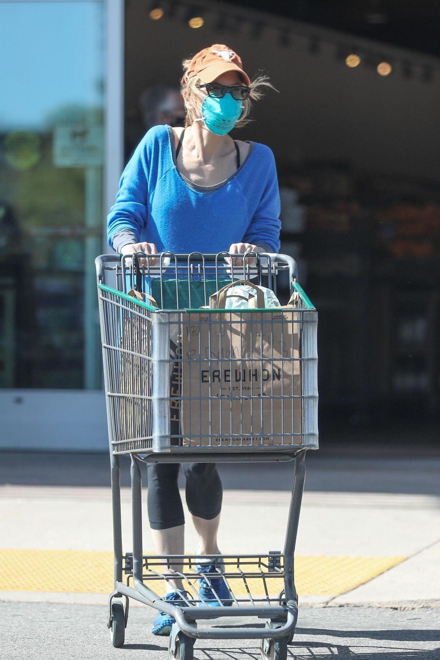 Vermummt erledigt Oscar-Preisträgerin Renée Zellweger ihre Einkäufeim kalifornischen Calabasas. Dem Paparazzo konnte sie trotz allem nicht entkommen.