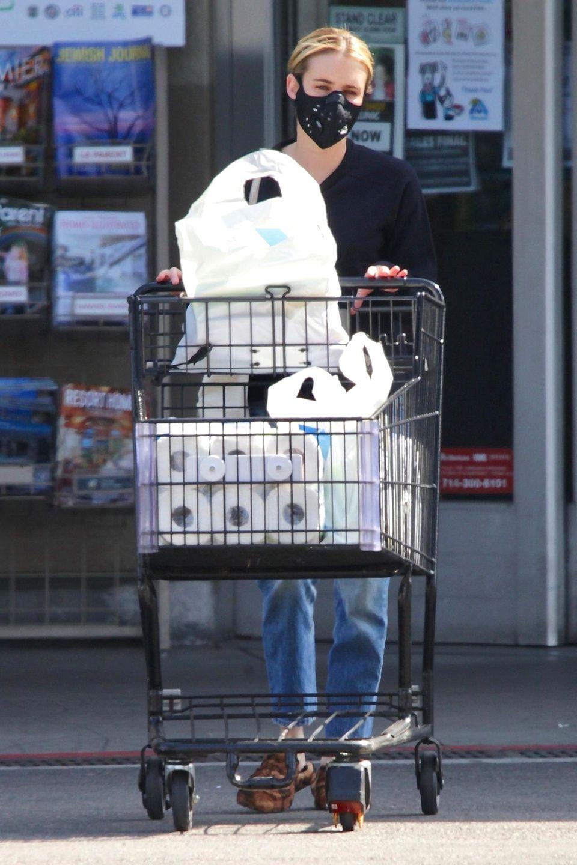 Irgendwie beruhigend, dass auch Hollywood-Stars nur Menschen sind. So schiebt Schauspielerin Emma Roberts denEinkaufswagen voller Klopapier zum Auto.