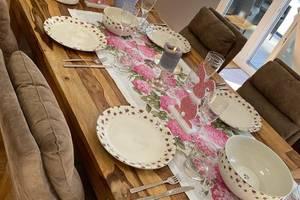 Zu Tisch, zu Tisch! Im Hause Effenberg wird nicht nur gemeinsam, sondern auch mit frühlingsfrischem Osterdekor gespeist.