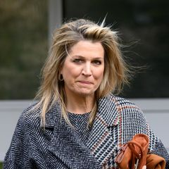 Ein Hausbesuch vom Hoffriseur? In Zeiten des Coronavirus ist das nicht möglich. Und deswegen müssen selbst die Royals improvisieren. So zeigt sich Máxima beim Besuch des Gesundheitsinstituts sichtlich unzufrieden mit Sturmfrisur. Und sie ist nicht die einzige, die dieser Tage auf kunstvoll frisierte Haare verzichten muss...