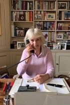 Auch in Krisenzeiten ist Herzogin Camilla unermüdlich damit beschäftigt, sich für Wohltätigkeitsorganisationen einzusetzen. Die nötige Motivation bekommt sie von zahlreichen Familienfotos, die im Bücherregal dekoriert sind.