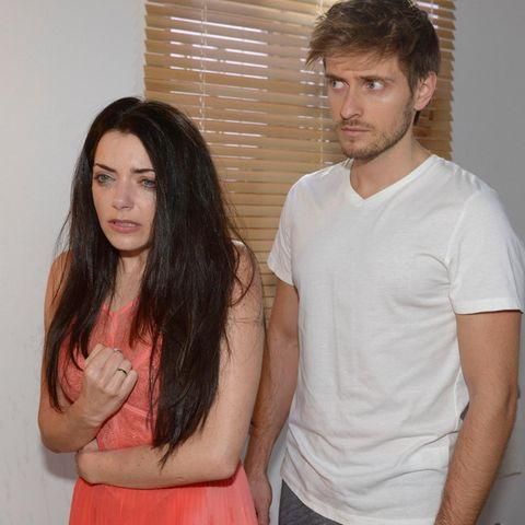 Auch Philip (Jörn Schlönvoigt) kann sich nicht erklären, was mit seiner Schwester Emily (Anne Menden) los ist.