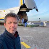 8. April 2020  In aller Frühe ist Prinz Frederik schon auf dem Kopenhagener Flughafen unterwegs. Dort ist nämlich gerade der weltweit zweitgrößte Frachtflieger gelandet, um Schutzmasken und Schutzkleidung im Kampf gegen das Coronavirus zu liefern. Und eine Rasur ist da schließlich nebensächlich.