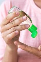 Frau desinfiziert sich die Hände mit Gel