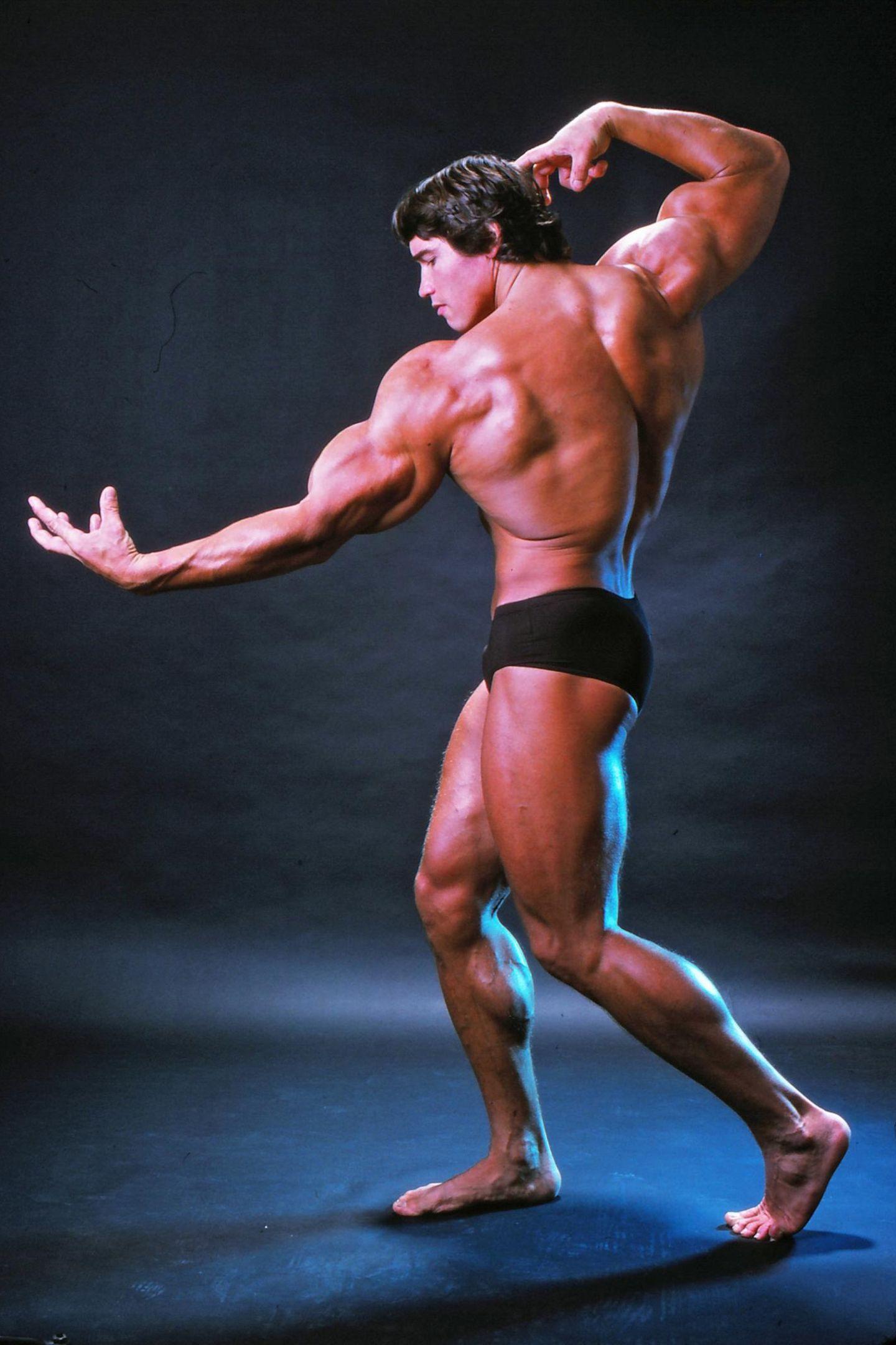 """Arnold Schwarzenegger ist der Muskelprotz schlechthin! Inzwischen ist der österreichische Wahl-Amerikaner der Star vieler Actionfilme, doch seine Karriere begann er als professioneller Bodybuilder. Dieses Bild von 1976 zeigt das Kraftpaket in Bestform. Und scheinbar hat """"Mr. Universum"""" die guten Gene weitergegeben ..."""