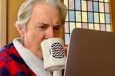 """Statt im Smoking auf der Jubiläumsfeiersitzt Kyle MacLachlan in Quarantäne zuhause und hat """"Twin Peaks""""-Fans auf der ganz Welt zum gemeinsamen Schauen der Serie eingeladen. Und statt Champagner gibt es Kaffee und Donuts."""