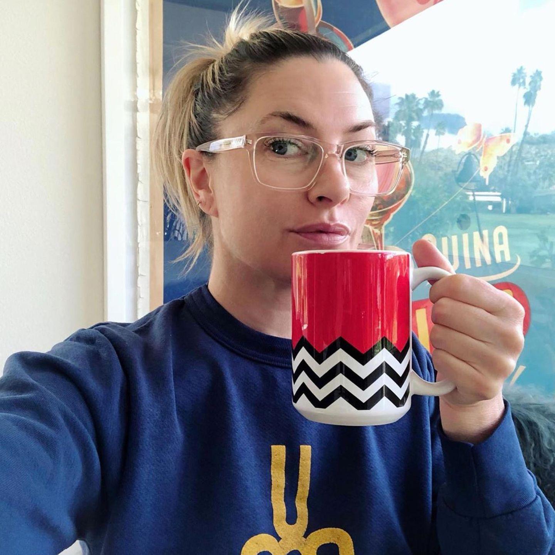 """Auch Serienkollegin Mädchen Amick hat sich eine Tasse Kaffee geschnappt und genießt mit den vielen anderen Zuschauer auf Instagram die """"Twin Peaks""""-Watchparty."""