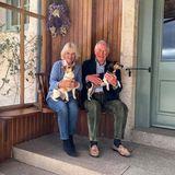 9. April 2020  Happy Anniversary! Herzogin Camilla und der vom Coronavirus gesundete Prinz Charles feiern heute ihren 15. Hochzeitstag, und schon am Vortag veröffentlichte Clarence House dieses private Foto der beiden auf ihrem Anwesen Birkhall im schottischen Aberdeenshire. Dort erholensich die beiden Royals zusammen mit den Hunden Bluebell und Beth.
