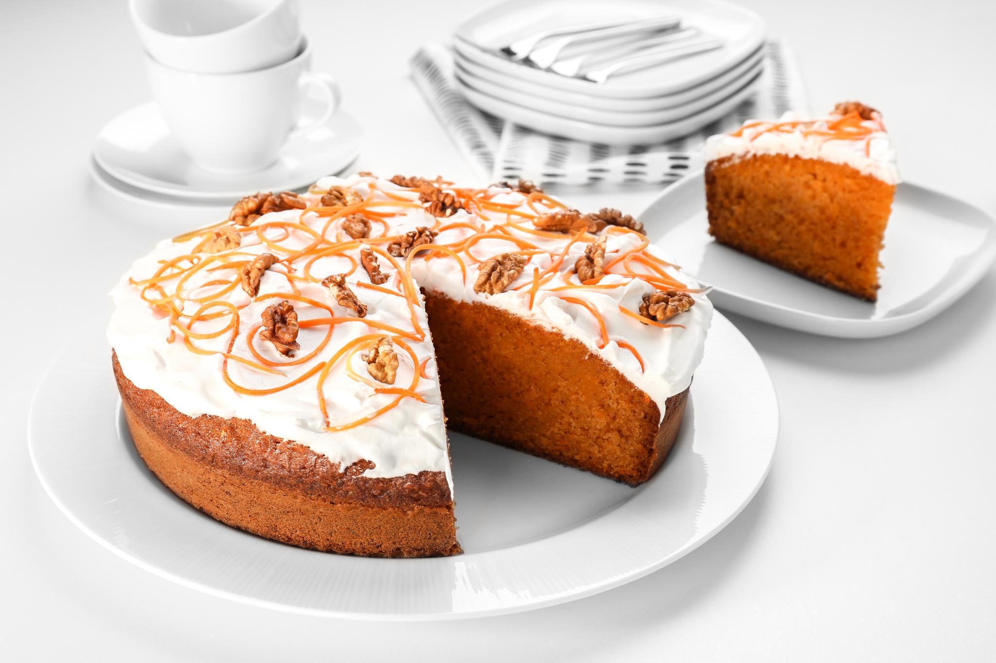 Karottenkuchen ohne Mehl schmeckt dank Nüssen uns Orangen saftig und lecker.