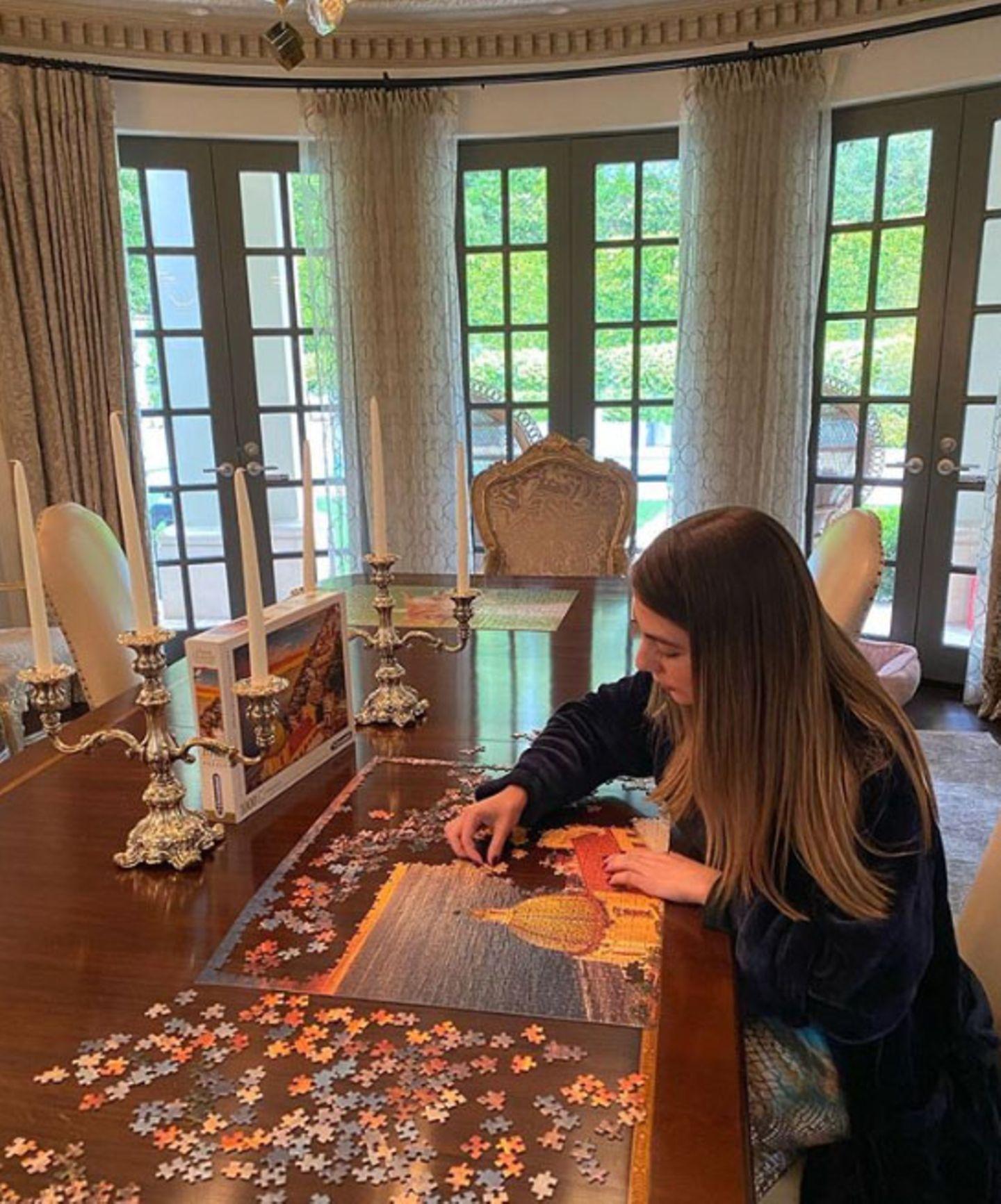 """Im Hause Vergara ist Muße eingekehrt. Konzentriert arbeitet Claudia, die Nichte von""""Modern Family""""-StarSofía Vergara, an ihrem Puzzle."""
