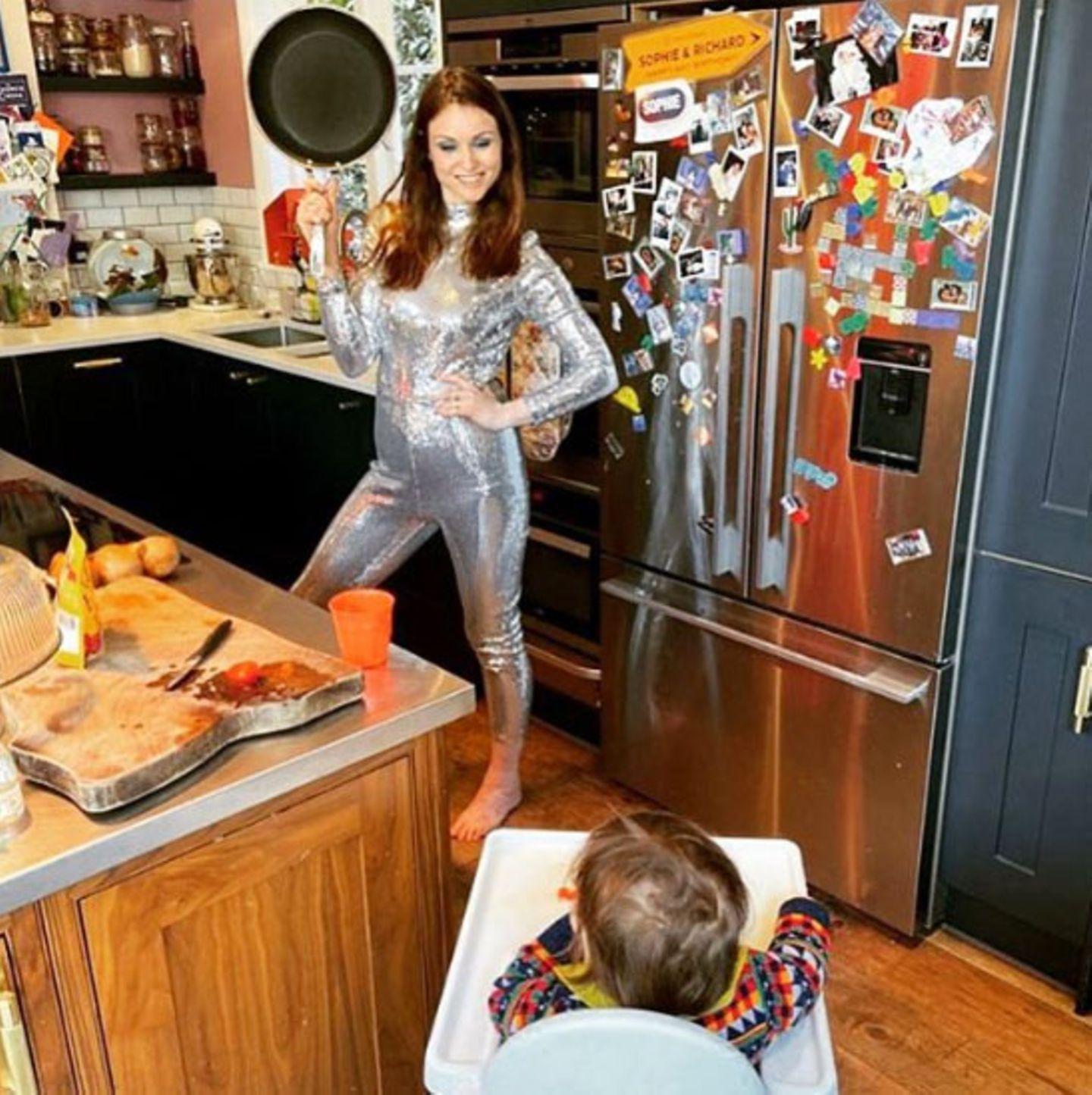 Sophie Ellis-Bextor zeigt, wie Social D(ist)ancing geht. Im sexy Glitzer-Outfit ist die Sängerin bereit für die Küchen-Disco. Und nicht nur Söhnchen Mickey freut sich auf die Party, sondern auch die Fans sind via Instagram Live-Story zum Mitfeiern und Singen eingeladen.